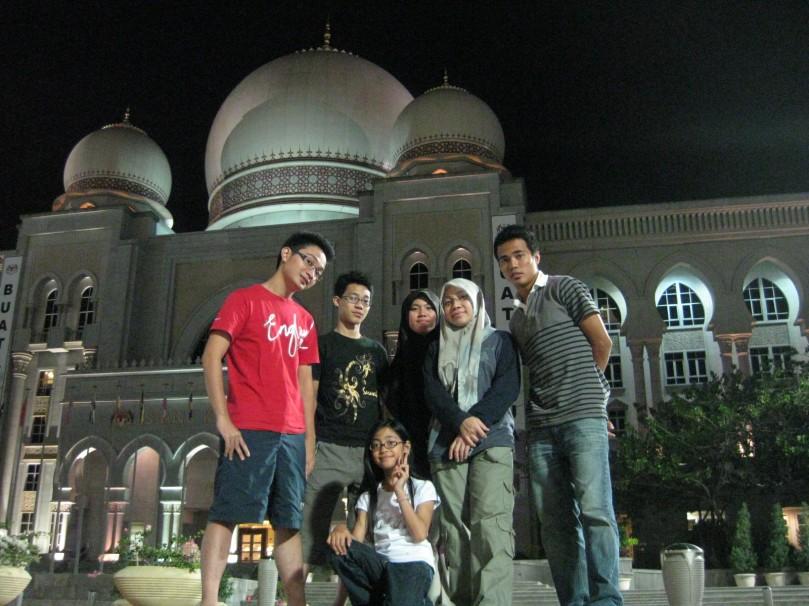 Putrajaya Escapade..berhadapan Istana Kehakiman bersama famili. (Afiq, Ariz, Miza, Sya, Maksu, Mimie)
