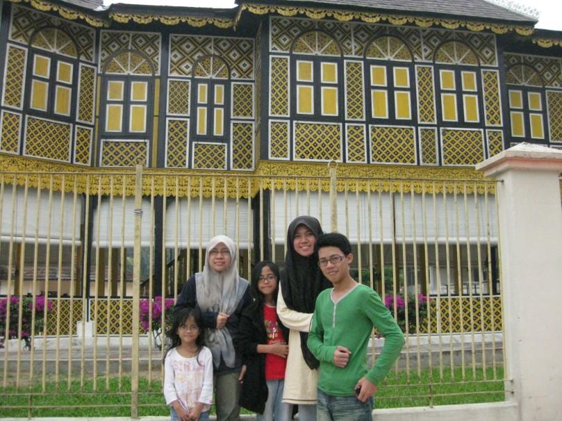 Berhadapan Istana Kuning, Kuala Kangsar (Liya, Maksu, Miza, Sya, Ariz) ahernya Sya lebih tinggi daripada Ariz!! :D